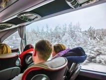 布拉格,捷克共和国- 2017年12月30日:游人坐在公共汽车上和看通过公共汽车窗口的小组 库存图片
