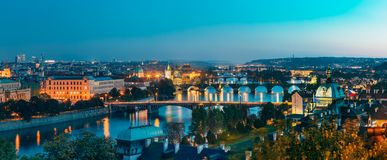 布拉格,捷克共和国 晚上都市风景全景  免版税库存照片