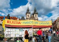 布拉格,捷克共和国8月13日:乌克兰活动家在布拉格抗议,在口号俄罗斯手下离开老镇的乌克兰 免版税库存照片