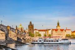 布拉格,捷克共和国 查理大桥,在伏尔塔瓦河河的小船巡航 免版税库存照片