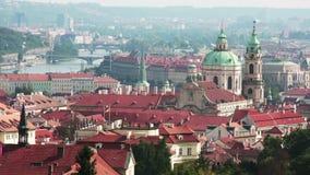 布拉格,捷克共和国 老城市和桥梁的全景从堤防的通过伏尔塔瓦河河 股票视频