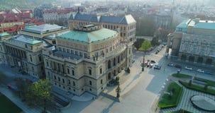 布拉格,捷克剧院在布拉格的中心 cesky捷克krumlov中世纪老共和国城镇视图 Rudolfinum,鸟瞰图 股票视频