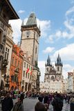 布拉格,捷克,第5 2011年5月:老方形的镇的人们在Orloj附近 免版税库存照片