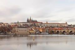 布拉格,捷克,老镇在一个减速火箭的样式冬天,冷定调子 上色欧洲的图象有空间的文本的 免版税图库摄影