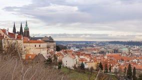 布拉格,捷克,老镇在一个减速火箭的样式冬天,冷定调子 上色欧洲的图象有空间的文本的 库存照片