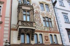 布拉格,捷克,2015年1月 房子的门面的片段在1898年建造的与一张有趣的绘画 免版税库存照片