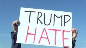 布拉格,捷克, 2016年11月17日:反对唐纳德・川普,横幅王牌怨恨总统的示范,全球性 影视素材