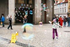 布拉格,捷克, 2016年12月24日:艺术家显示与肥皂泡的表现在街道上的游人的 库存图片