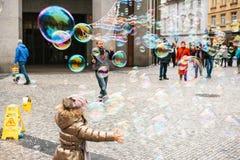 布拉格,捷克, 2016年12月24日:艺术家显示与肥皂泡的表现在街道上的游人的 图库摄影