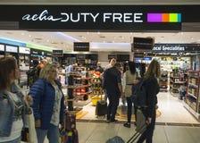 布拉格,捷克, 2018年9月21日:shoping在布拉格机场的Aelia免税店的人们 库存照片
