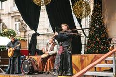布拉格,捷克, 2016年12月13日:在阶段的圣诞节表现在布拉格` s大广场 种族集体 免版税图库摄影