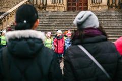 布拉格,捷克, 2016年12月15日:孩子唱诗班在寺庙旁边唱在正方形的圣诞节歌曲 图库摄影
