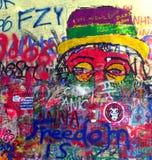 布拉格,捷克-在著名约翰・列侬墙壁的街道画在盛大小修道院正方形 库存照片
