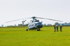 布拉格,捷克- 9 09 2017年:军事直升机和树战士在机场Letnany在布拉格 库存照片