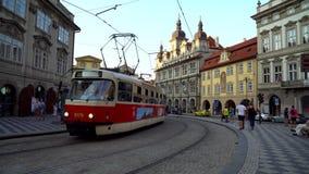 布拉格,捷克- 21 08 2018年:捷克电车乘驾通过耶路撒冷旧城,布拉格 股票录像