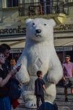 布拉格,捷克- 2019年9月,17日:滑稽的孩子使用与一头巨型可膨胀的北极熊在奥尔德敦 免版税库存照片