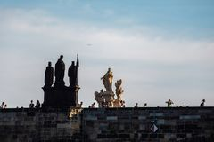 布拉格,捷克- 2019年9月,17日:走在查理大桥,一座著名历史桥梁的人们那 库存图片