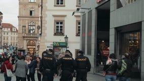 布拉格,捷克- 2017年10月23日,警察的独立小分队沿正方形走 股票录像
