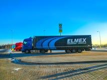 布拉格,捷克- 2017年12月30日:五颜六色的卡车在加油站附近停放 免版税图库摄影