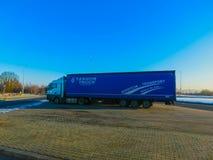 布拉格,捷克- 2017年12月30日:五颜六色的卡车在加油站附近停放 库存照片