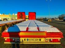 布拉格,捷克- 2017年12月30日:五颜六色的卡车在加油站附近停放 免版税库存图片