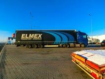 布拉格,捷克- 2017年12月30日:五颜六色的卡车在加油站附近停放 免版税库存照片