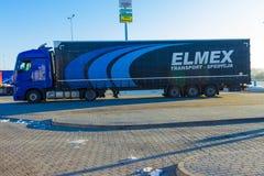 布拉格,捷克- 2017年12月30日:五颜六色的卡车在加油站附近停放 图库摄影
