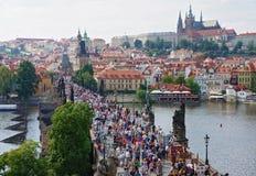 布拉格,捷克- 2016年8月14日:人人群在查理大桥-一个普遍的旅游地标走 布拉格townscape 库存照片
