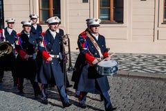 布拉格,捷克- 2015年12月23日:仪仗队在总统府前面的音乐带在布拉格,捷克Republi 免版税库存照片