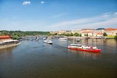 布拉格,捷克- 2017年6月03日:假日巡洋舰在蓝天的都市风景运送 在伏尔塔瓦河河的游船 夏天vac 免版税库存照片