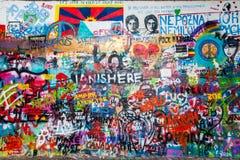 布拉格,捷克- 2017年9月30日:列侬有五颜六色的喷漆艺术的` s墙壁,布拉格,捷克 库存照片