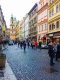 布拉格,捷克- 2017年12月31日:去在老建筑学附近房子的人民在老镇 免版税库存照片