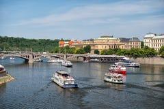布拉格,捷克- 2017年6月03日:在伏尔塔瓦河河的游船 假日巡洋舰在蓝天的都市风景运送 夏天vac 免版税库存图片
