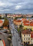 布拉格,捷克- 2017年10月7日:在古老查理大桥的顶面鸟瞰图在布拉格穿过伏尔塔瓦河河 游人是w 库存图片
