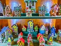 布拉格,捷克- 2017年12月31日:在布拉格戏弄纪念品店的陶瓷半木料半灰泥的房子 免版税图库摄影