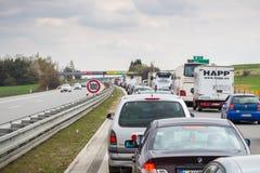 布拉格,捷克- 2017年4月14日:在高速公路的交通堵塞 免版税库存照片