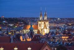 布拉格,捷克- 2017年10月6日:在Tyn教会和老镇中心,布拉格,捷克的美好的晚上屋顶视图 免版税库存图片