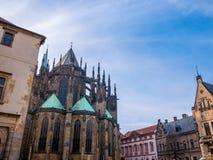 布拉格,捷克- 2018年2月19日:大门的布拉格城堡正面图的St Vitus大教堂在布拉格,捷克语 库存照片