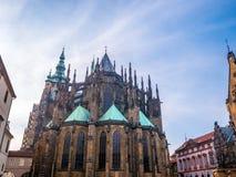 布拉格,捷克- 2018年2月19日:大门的布拉格城堡正面图的St Vitus大教堂在布拉格,捷克语 图库摄影