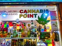 布拉格,捷克- 2017年12月31日:大麻和其他草本销售在瓶子作为一份纪念品在商店 库存照片
