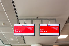 布拉格,捷克- 2017年6月16日:天空优先权乘客事务和经济类的通行证方式 库存图片