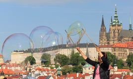布拉格,捷克- 2017年5月17日:布拉格,捷克 普遍的旅游日程在普拉哈,步行通过 免版税库存照片