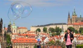 布拉格,捷克- 2017年5月17日:布拉格,捷克 普遍的旅游日程在普拉哈,步行通过 免版税图库摄影