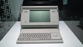 布拉格,捷克- 2019年3月28日:梅肯套希便携式1989年计算机 股票录像