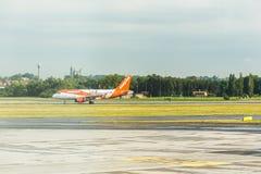 布拉格,捷克- 2017年6月16日:空中客车A320 EasyJet,登陆在布拉格机场 图库摄影