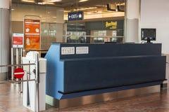 布拉格,捷克- 2017年6月16日:空的门户终端在等候室在机场 库存照片
