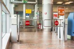 布拉格,捷克- 2017年6月16日:空的门户终端在等候室在机场 免版税库存图片