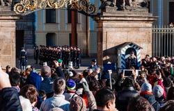 布拉格,捷克- 2015年12月23日:Czechia人和等待改变的外国人旅客卫兵 免版税库存照片