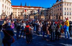 布拉格,捷克- 2015年12月23日:Czechia人和等待改变的外国人旅客卫兵 库存图片