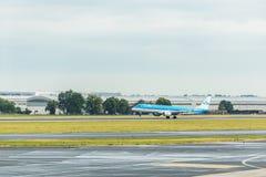 布拉格,捷克- 2017年6月16日:KLM航空公司波音737,登陆在布拉格机场 免版税图库摄影